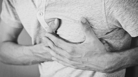 Wenn diese Symptome nach einer Covid-Impfung auftreten, solltet ihr euch in ärztliche Behandlung begeben!