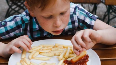 Junge ernährt sich jahrelang nur von Pommes: Die Folgen für seinen Körper sind schlimm!