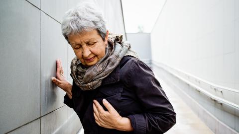 Es gibt sechs Symptome, die bei Frauen auf einen Herzinfarkt hinweisen