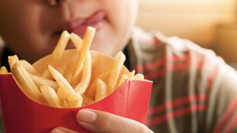 Junge ernährt sich jahrelang nur von Pommes: Die Folgen für seinen Körper sind drastisch