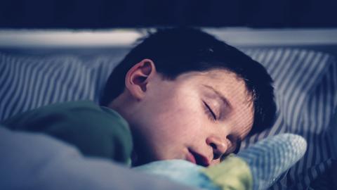 Kind hört nachts fremde Stimme, dann geht die Mutter der Sache auf den Grund