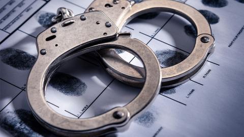 Unmenschlich: 6-Jährige wird festgenommen und in Handschellen abgeführt