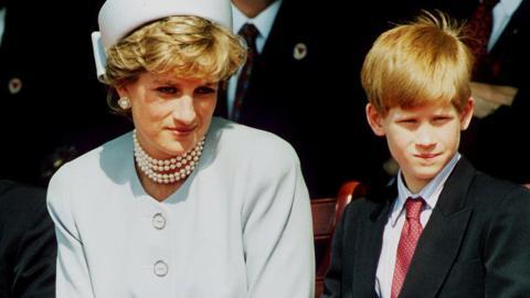 Nach Lady Dianas Tod: Diese Bitte verwehrt Charles damals seinem Sohn Harry