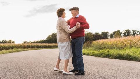 Trotz Corona: Rentner-Paar trifft sich jeden Tag an der geschlossenen Grenze