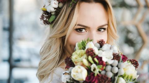 Seltsamer Brautstrauß: Braut schockiert Gäste, als sie ihn plötzlich verschlingt