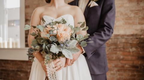 Freizügiger als die Braut: Schwiegermutter bricht gleich zwei Tabus auf der Hochzeit