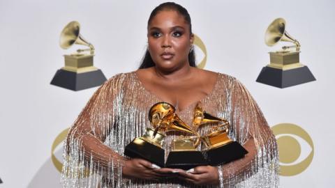 Lizzo setzt bei Grammys inspirierendes Zeichen für Body Positivity