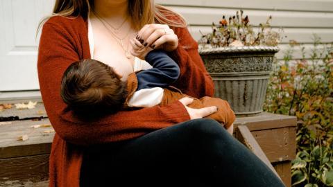 Parlamentsabgeordnete Talíria Petrone stillt Baby während ihrer Rede