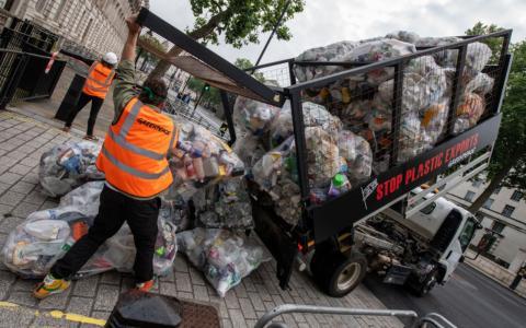 Protestaktion: Greenpeace kippt 625 Kilogramm Plastikmüll vor Boris Johnsons Haustür