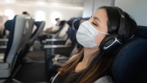 Frau schläft im Flugzeug ein, dann hat sie mit erschreckenden Folgen zu kämpfen