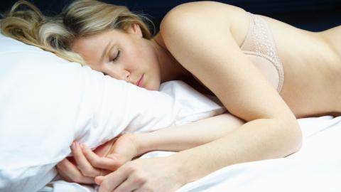 Keine Unterwäsche: Darum ist es besser für deine Gesundheit nackt zu schlafen