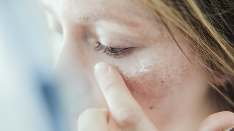 Sie nutzt Feuchtigkeitscreme: Kurz darauf muss sie wegen einer Vergiftung ins Krankenhaus