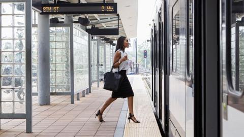 Frau löst Zugverspätung aus, da ihr etwas Peinliches in der Tür stecken bleibt