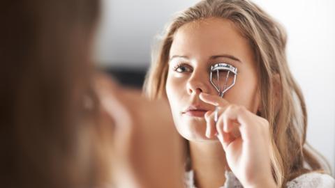 Frau verliert Wimpern durch falschen Gebrauch der Wimpernzange