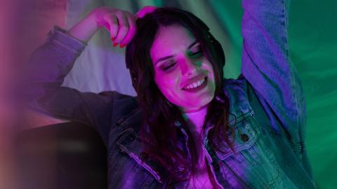 Ganz schön peinlich: Junge Frau zeigt, wie falsche Zähne im Partylicht aussehen