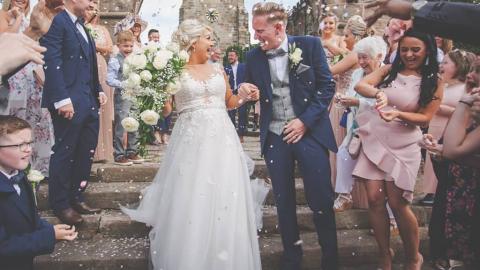 Braut will toten Vater bei Hochzeit haben und macht etwas Besonderes mit seiner Asche