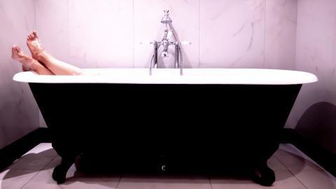 Von Kopf bis Fuß: Nach dem Bad ist ihre Haut rosarot