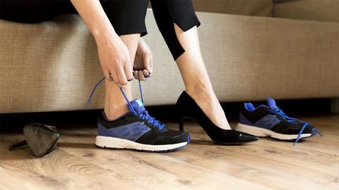 Statt Turnschuhe: Unfassbar in welchem Beruf diese Frau High Heels tragen muss
