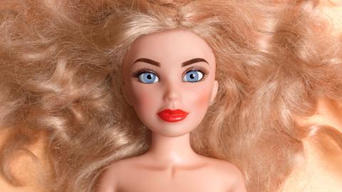Transgender-Puppe mit Zöpfen, Kleid und Penis sorgt für Diskussionen (Fotos)