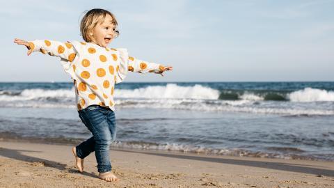 Mädchen spielt am Strand: Dann machen Ärzte eine ekelige Entdeckung in ihrem Fuß