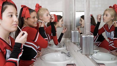 Sie machen ein Selfie auf dem Schulklo, doch sie übersehen ein gruseliges Detail
