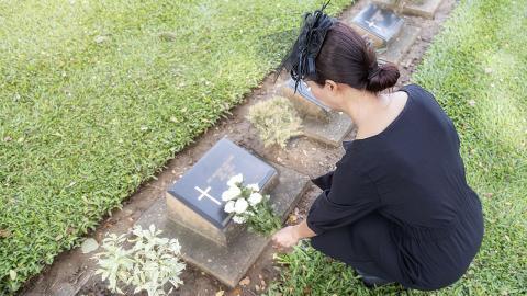 Verlobter stirbt an Corona: Am Hochzeitstag macht sie hochschwanger ein Fotoshooting mit ihm