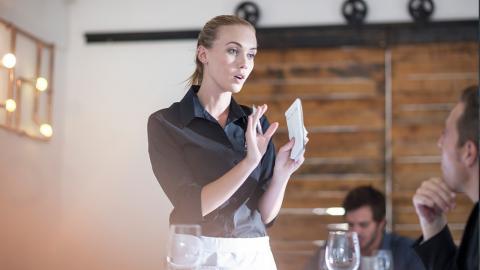 Kellnerin verweist CEO aus dem Restaurant und bekommt 40.000 Dollar Trinkgeld