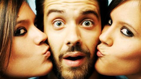 Liebe im Doppelpack: Mann ist mit gruseligen Zwillingsschwestern zusammen