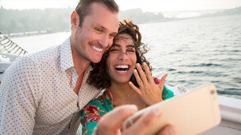 Frau präsentiert stolz ihren Verlobungsring, doch er ekelt alle an