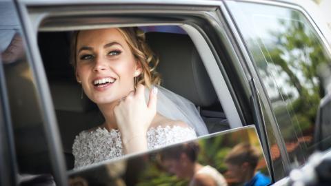 Frau taucht in Weiß bei Hochzeit auf und stellt sich als Alptraum für die Braut heraus