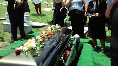 Toxische Freundschaft: Freundin verkündet Schwangerschaft auf Begräbnis einer trauernden Mutter