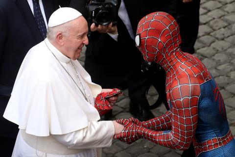 Begegnung der besonderen Art: Spiderman trifft auf Papst Franziskus