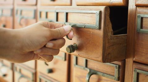 Diesen gruseligen Fund macht eine junge Frau in der Schublade ihres Secondhand-Nachttisches