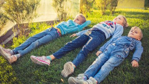 Familie bekommt Drillinge mit 7 Jahren Altersunterschied