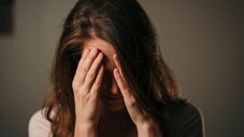 Nach dem Urlaub hat sie Kopfweh: Dann entfernt ihr Freund ihr etwas aus dem Schädel