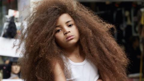 Wegen Schule: Kindermodel muss lange Haare abschneiden, aber Mutter hat ganz andere Lösung parat