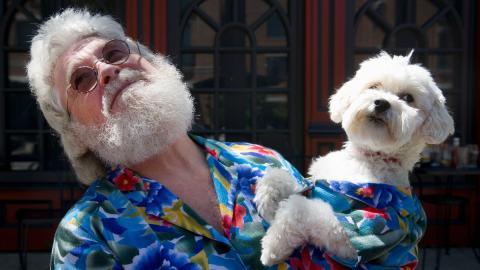 Auf den Hund gebracht: Fotograf lichtet Menschen ab, die wie ein Vierbeiner aussehen