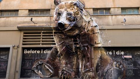 Von der Straße aufgesammelt: Künstler verwandelt Müll in Graffiti mit wichtiger Message