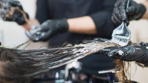 Der erschreckende Zusammenhang zwischen Haarfärbemitteln und Brustkrebs
