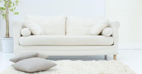 Sofa reinigen: Mit diesen Tricks sieht euer bequemstes Möbelstück wieder aus wie neu