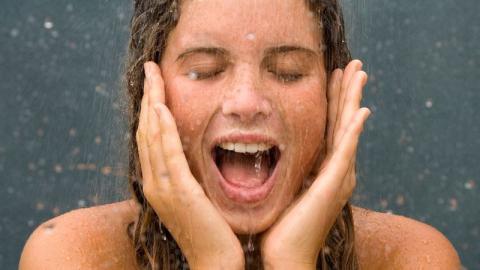 Warum sollte ich niemals unter der Dusche das Gesicht waschen?