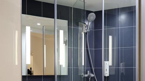Sie sprüht diese natürliche Mischung auf ihre Duschwand: Das Ergebnis ist verblüffend