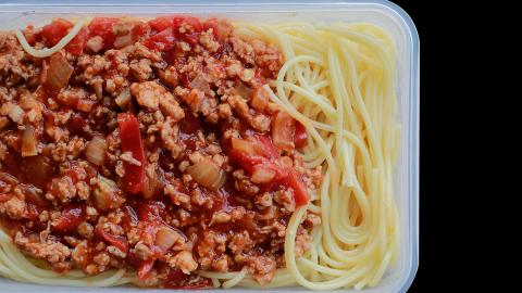 Tomatensoße-Flecken: So entfernt ihr sie leicht aus der Tupperdose