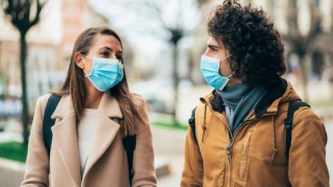 Coronavirus: Kann man sich bei einer Unterhaltung anstecken?