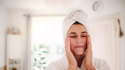 Straffere Haut: Mit diesen Tipps verlangsamt ihr die Hautalterung