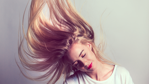Ganz ohne Glätteisen: Mit diesen Alternativen glättet ihr eure Haare schonend!