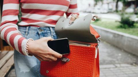 Covid-19: Auch eure Handtasche solltet ihr unbedingt regelmäßig reinigen