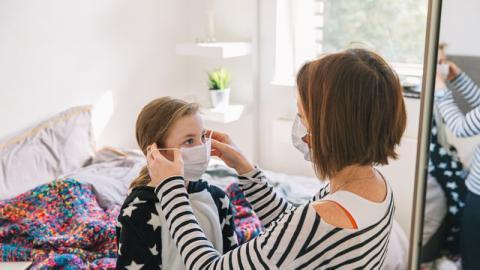 Covid-19: So zieht ihr eure Schutzmasken richtig an