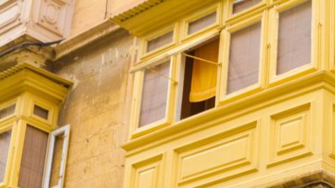 Tipps gegen die Hitze: Ein nasses Handtuch vorm Fenster rettet dich im Hochsommer!