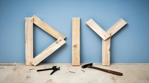 DIY: So kannst du aus einem einfachen Holzbrett eine originelle Deko basteln
